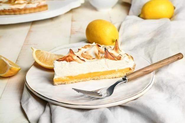 Prato com saborosa torta de limão na mesa