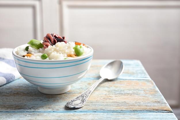 Prato com saboroso risoto de frutos do mar na mesa