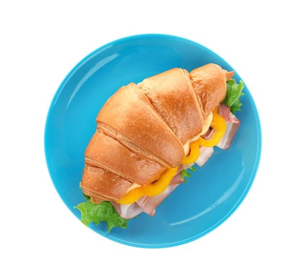 Prato com saboroso sanduíche de croissant isolado no branco, vista superior