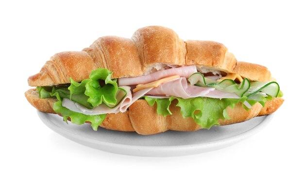 Prato com saboroso sanduíche de croissant isolado no branco