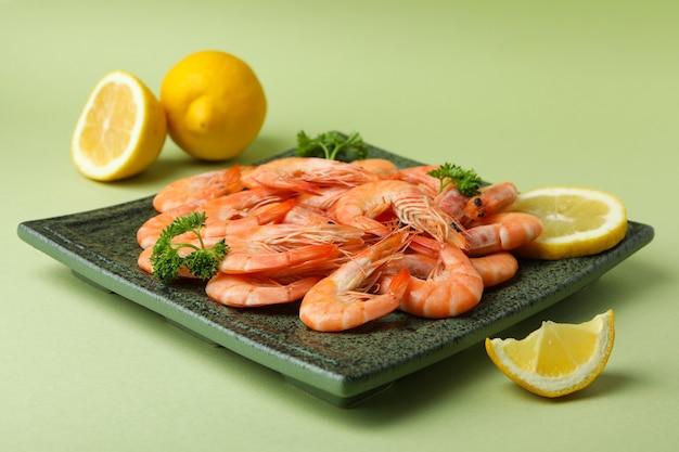 Prato com saborosos camarões sobre fundo verde