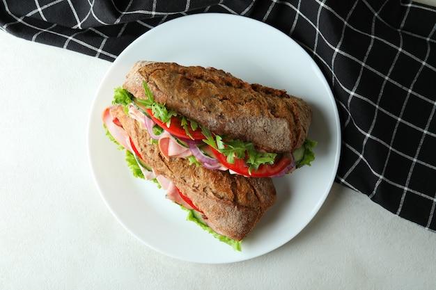 Prato com saborosos sanduíches de ciabatta, vista de cima
