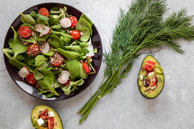 Prato com salada e abacate