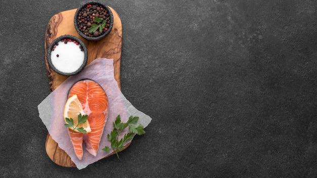 Prato com salmão e tomate na tábua de madeira