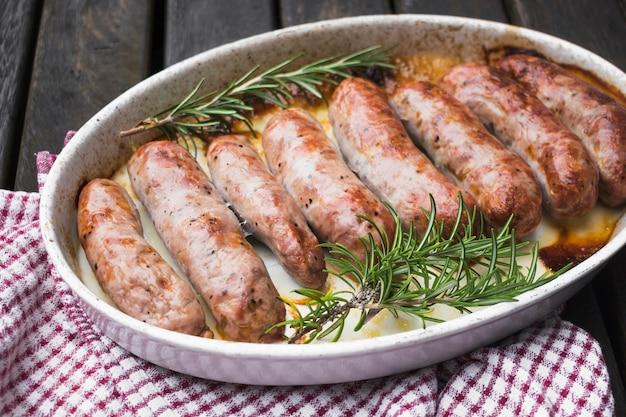 Prato com salsichas assadas suculentas