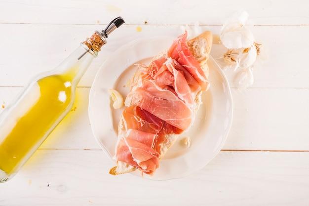 Prato com sanduíche de carne no desktop da cozinha