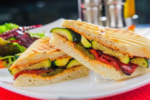 Prato com sanduiche vegetariano