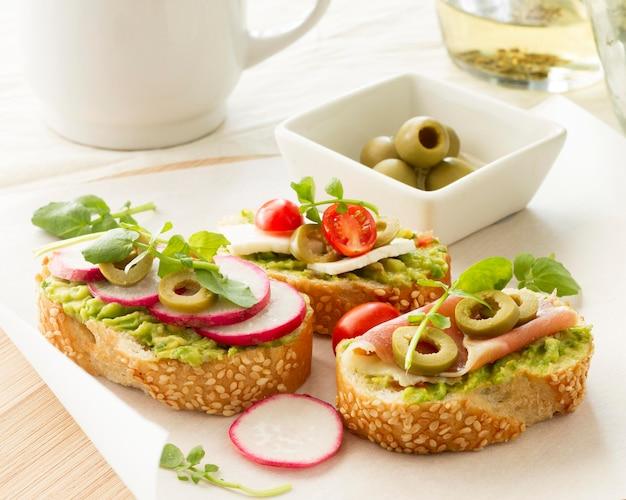 Prato com sanduíches de beterraba e azeitonas