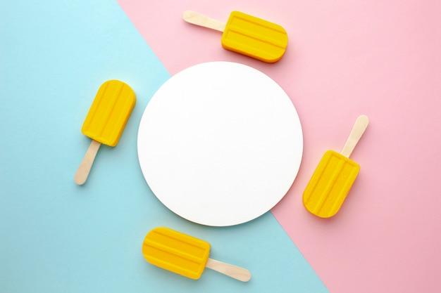 Prato com sorvetes ao redor