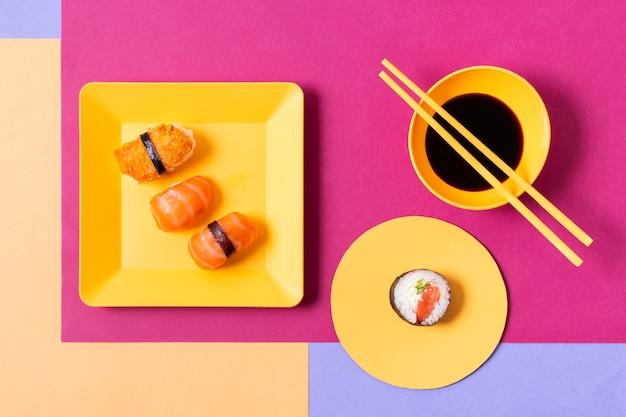 Prato com sushi fresco