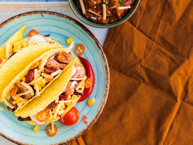 Prato com tacos perto de guardanapo marrom