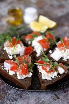 Prato com torradas de ceto com salmão e queijo branco.