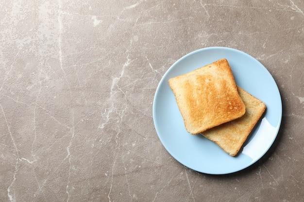 Prato com torradas saborosas em cinza, vista superior