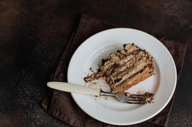 Prato com um pedaço de bolo de chocolate.