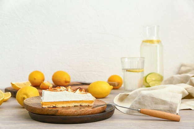 Prato com um pedaço de torta de limão saborosa na mesa