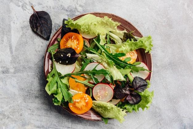 Prato com uma salada vegetariana, tiro de cima.