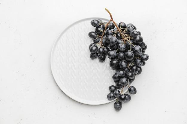 Prato com uvas maduras doces na mesa