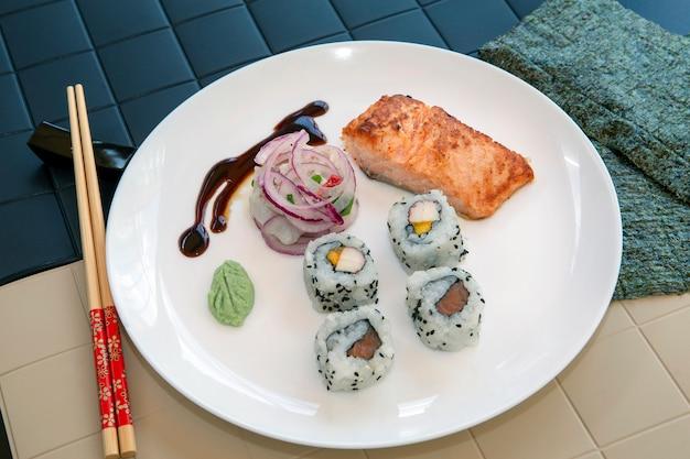 Prato com variada comida japonesa e peruana