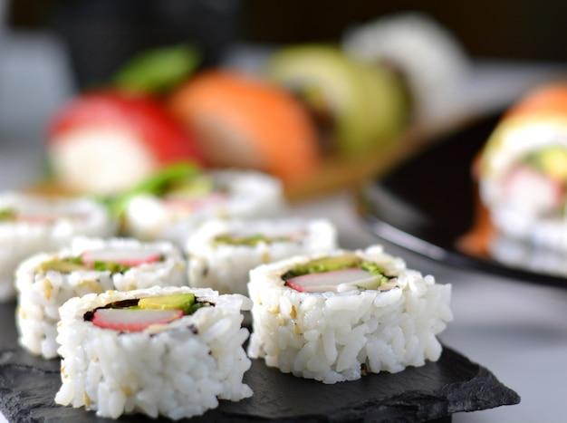 Prato com vários tipos de sushi, alguns de atum rabilho e outros salmões