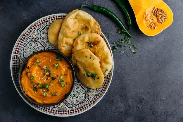 Prato com vista superior de comida paquistanesa
