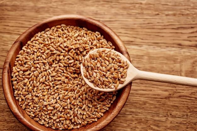 Prato com vista superior de ingredientes de cozinha de mesa de madeira de cereais. foto de alta qualidade