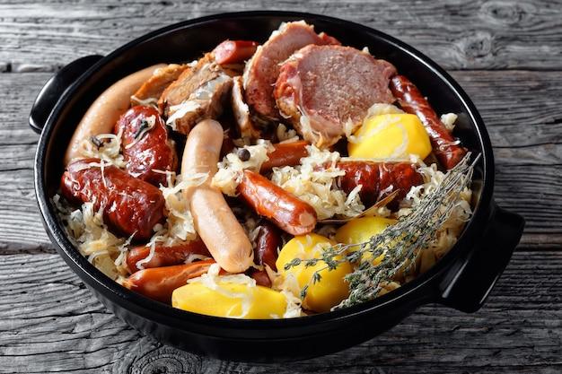 Prato da alsácia: ensopado de couve azeda com carne: lombo de porco e bacon e salsichas e batata cozida em tomilho de vinho branco