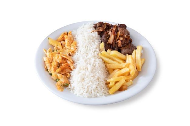 Prato da comida brasileira com carnes, arroz, batata frita e macarrão. fundo branco.