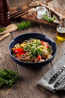 Prato da culinária uigur asiática, macarrão guiru laghman