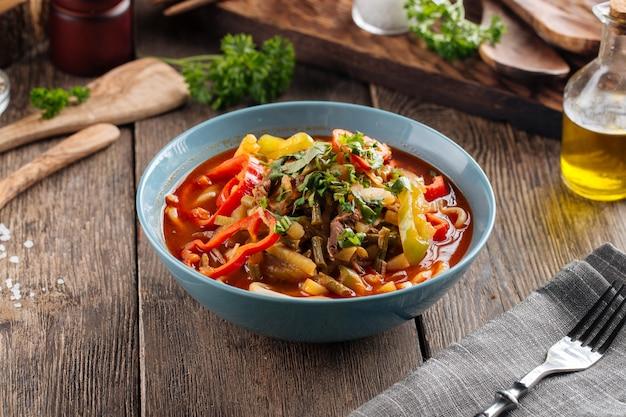 Prato da culinária uigur asiática, macarrão suiru lagman