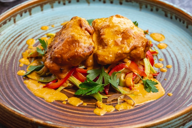 Prato de almôndegas coberto com molho de curry servido com legumes salteados