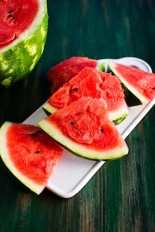Prato de alto ângulo com melancia vermelha fresca