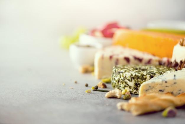 Prato de aperitivo de seleção de queijo.