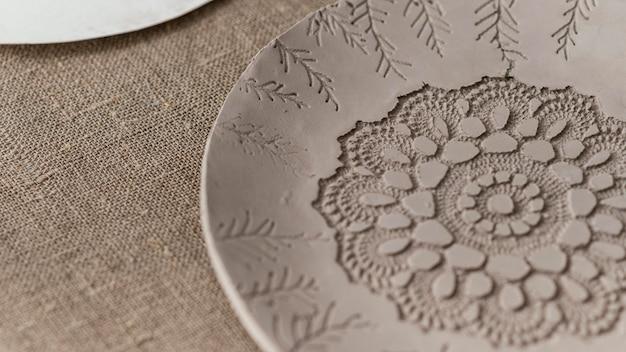 Prato de argila de ângulo alto com padrão