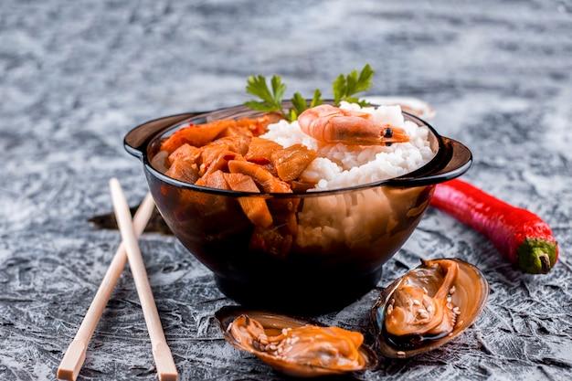 Prato de arroz asiático delicioso vista frontal