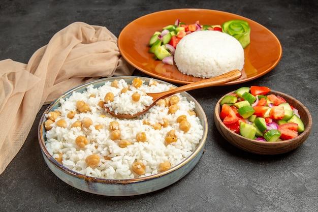 Prato de arroz caseiro e salada saudável