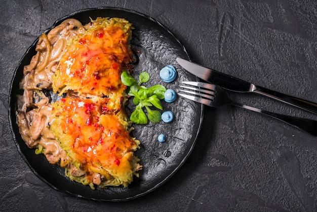 Prato de arroz com molho e cogumelos