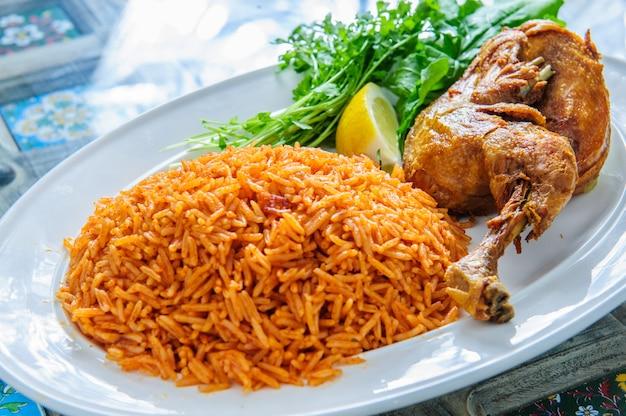 Prato de arroz com perna de pato e verduras.