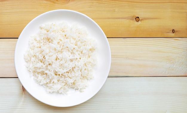 Prato de arroz em fundo de madeira. vista do topo