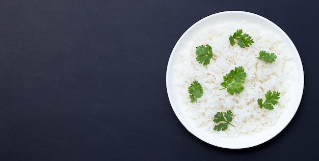 Prato de arroz em fundo escuro.