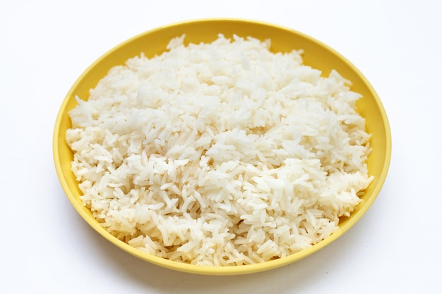 Prato de arroz em placa amarela sobre fundo branco.