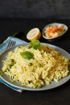 Prato de arroz indiano de comida exótica