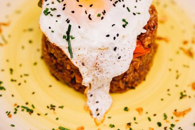 Prato de arroz saboroso com ovo