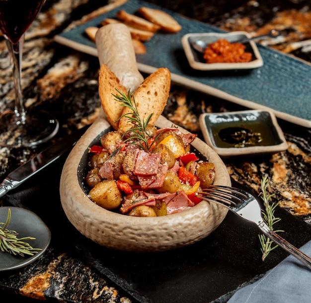 Prato de batata com salame vermelho e pimentão amarelo