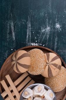 Prato de biscoitos com pãezinhos, lokum e waffles em fundo azul