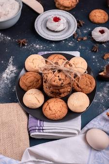 Prato de biscoitos e bolo na mesa