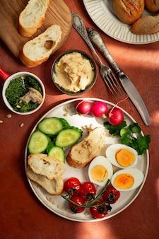 Prato de café da manhã estilo mediterrâneo