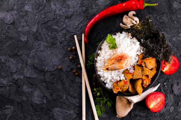 Prato de camarão e arroz com espaço de cópia
