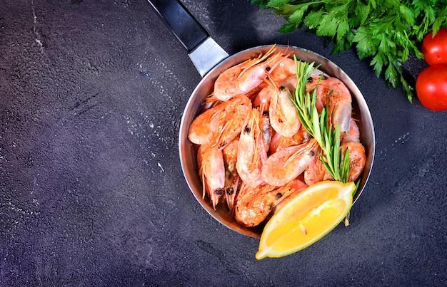 Prato de camarões. camarões fritos em uma panela. copie o espaço.
