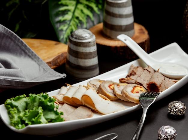 Prato de carne com roleta de patê de carne fatias de carne defumada