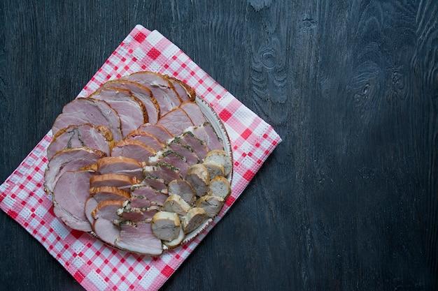Prato de carne com uma escolha - salsichas de corte e carne curada